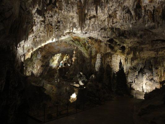 Höhle von Postojna, an den Geländern erkennt man die tatsächliche Größe, die höchsten Räume sind unglaubliche 90m hoch