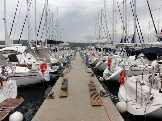 Eine Yacht nach der anderen