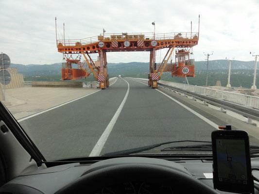 Eindrucksvolle Maschine auf der Brücke von der Insel Krk zum Festland