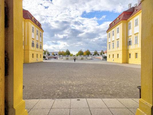 Schloss Hof, Blick vor die Haustür