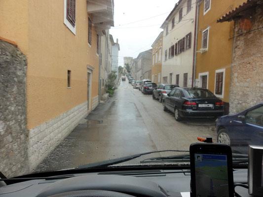 Enge Straße im Ort Cres