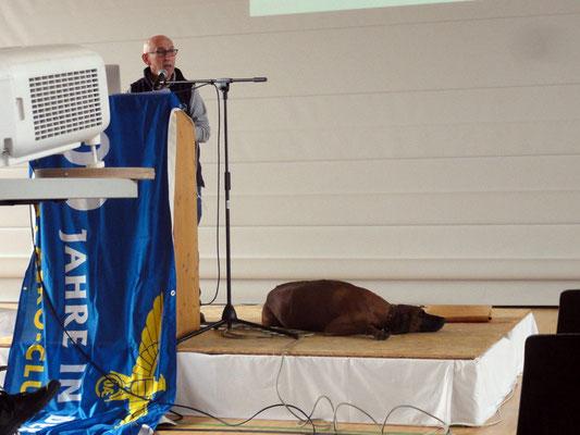 Der Hund als Co-Moderator ist einfach zum Niederknien, weil er nicht immer das macht, was das vortragende Herrl von ihm will