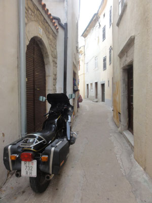 Altstadt von Krk, viel schmäler sollte die Gasse auch mit der BMW nicht mehr werden ...