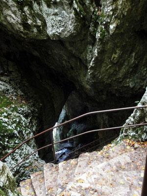 Eine senkrechte Höhle bis zum See