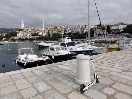 Erkundungstour mit der Mini-Rakete durch den Hafen von Novi Vinodolski