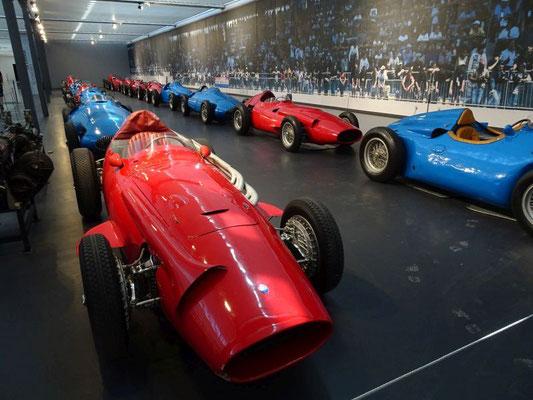 Ein ganzes Starterfeld mit Bugatti's Maserati's, Ferrari's, Talbot's, ...
