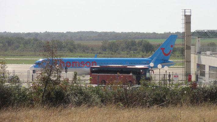 Unglaublich, da fahr ich eine halbe Stunde über bessere Feldwege ins Hinterland und dann startet eine ausgewachsene Boeing 757 neben mir - Aerodrom Pula International