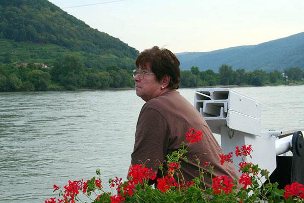 Hedy geniesst einen Ausflug an die Donau in Oberösterreich
