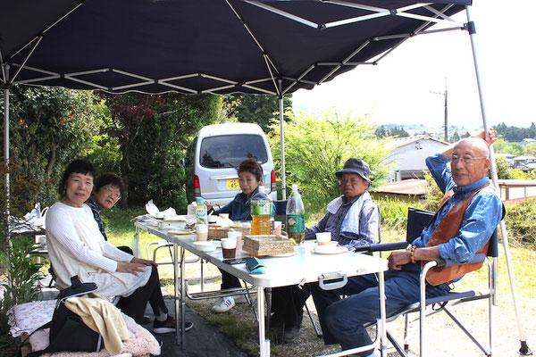 記念館の庭で昼食会