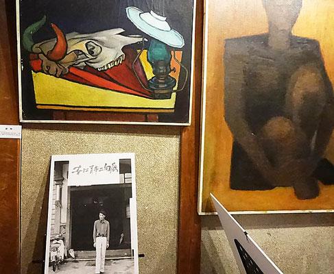 入口二かけられたs古い作品 と先生の写真