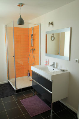 Maison-hôtes-Chambre-Angèle-salle-de-douche-lumineuse