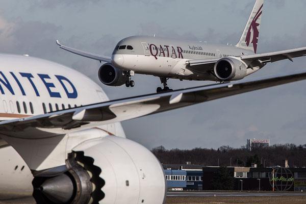 Qatar Boeing Dreamliner 787-9 landet auf der Nordwestbahn Frankfurt und wird verdeckt von United Dreamliner