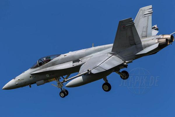 F18 der Finnen bei der Landung in Leeuwarden