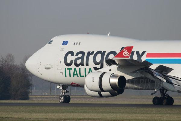 CargoLux Italia in Schiphol zeigt Leistung beim Verzögern. Hier ist der Umkehrschub king