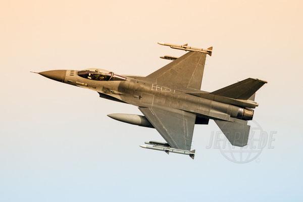 F16 beim banking. bestes Licht und Sonnenuntergang