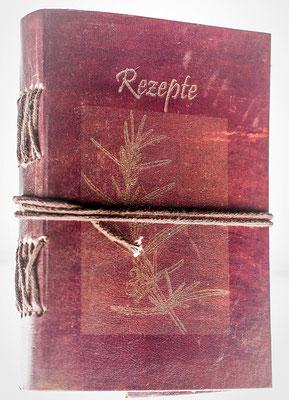 Rezeptbuch mit Ziegenledereinband. Der Rosmarin ist mit feinen Umrissen dargestellt.