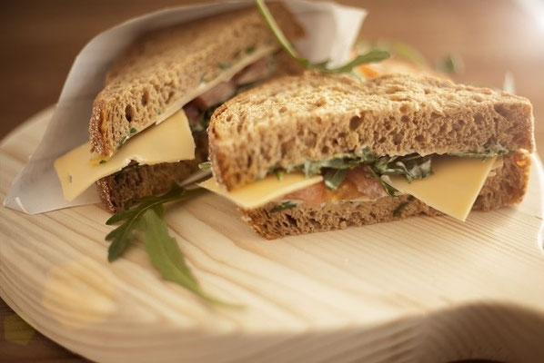 Boerensandwich: Boerenbrood met eigengemaakte kruidenmayonaise en belegen kaas van boer Warmerdam
