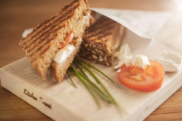 Toast geitenkaas: Warm getoast boerenbrood met trostomaat, bladsla en verse geitenkaas uit Warmond