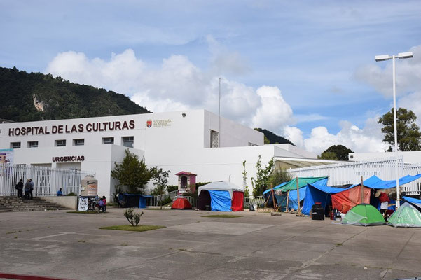 Photos 3 & 4: Encampment for families of sick people. San Cristobal de Las Casas hospital. (Gilles Polian 2020)