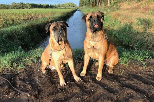 Caro (rechts) en oma Roos. Augustus 2020.