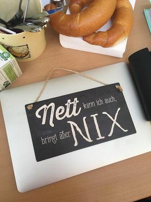 """Spruch auf Tafel: """"Nett kann ich auch, bringt aber nix"""""""