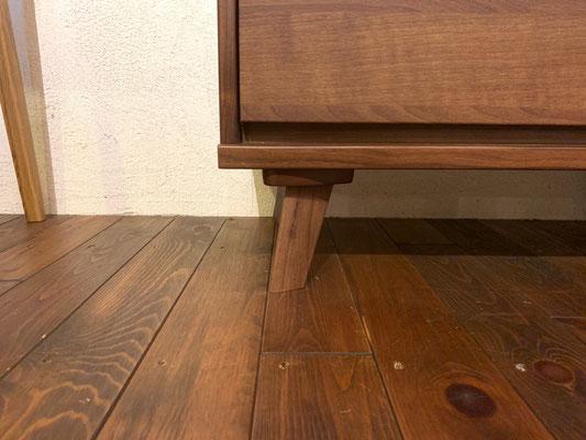 長い脚はお掃除もしやすく、チェストのデザインのアクセントにもなっています。