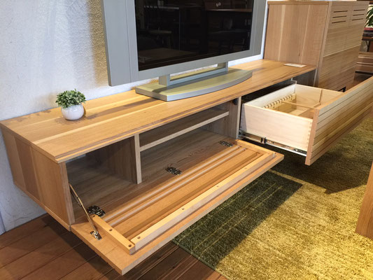 TVボードの収納部分です。デッキ関係や細々した物までしっかり収納できます。