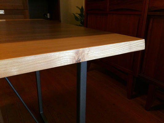 天板のフチには無垢材を使用しており、所々見られる節が木の味わいを感じさせます。