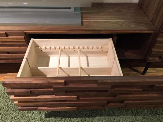 引出には仕切りが設けられており、細々した物もすっきり収納できます。