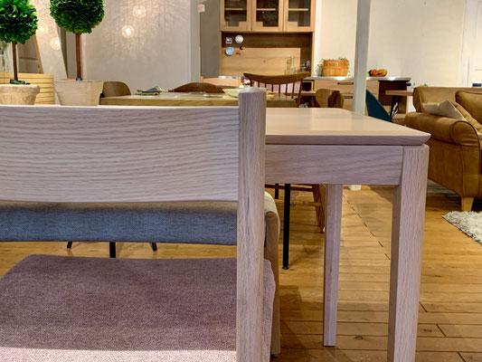 テーブルと同じカラーのチェアも多数ご用意しております。