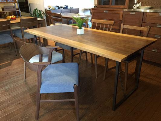 どんなテーブルにも合わせやすい、ゆったりサイズのチェアーです。