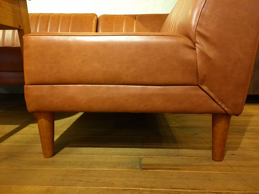 ソファーの脚はスッキリしたデザインで、高さが7cmあるのでお掃除もラクラクです。