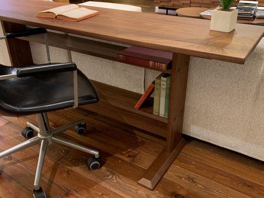 脚元に設けられた棚は、デスク周りに必要な書類などを収納することができます。