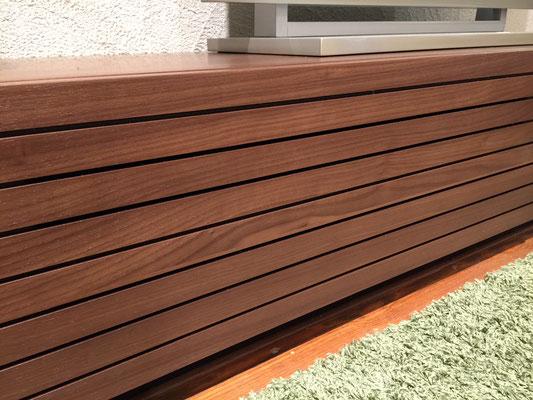 前板の隙間は目立ちにくく設計されており、デザインに影響を与えません。