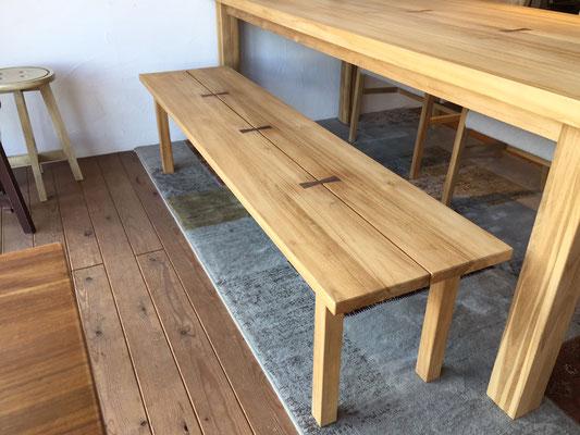 テーブルと同じデザインのベンチも美しい仕上がりです。