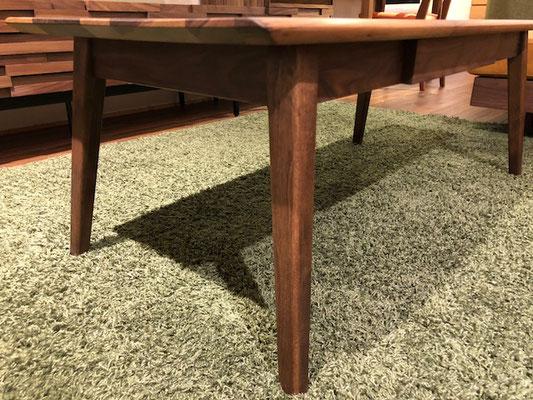 脚を外に広げることで、バランスがよく強度のあるテーブルに仕上がってます。