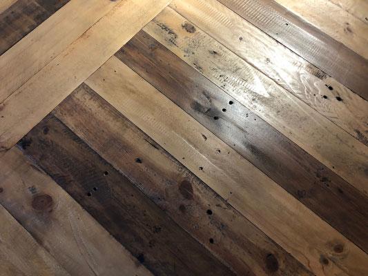 風合いの異なる古材の組み合わせ。表情豊かな天板に仕上がっています。