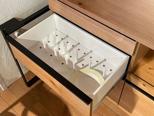 引出し2段目にはスポークを標準装備。重ねて収納するお皿を固定することができます。