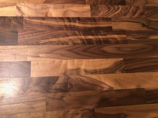 細かい木材をつなぎ合わせて集成材にした天板は、MOSICシリーズとの相性も抜群です。