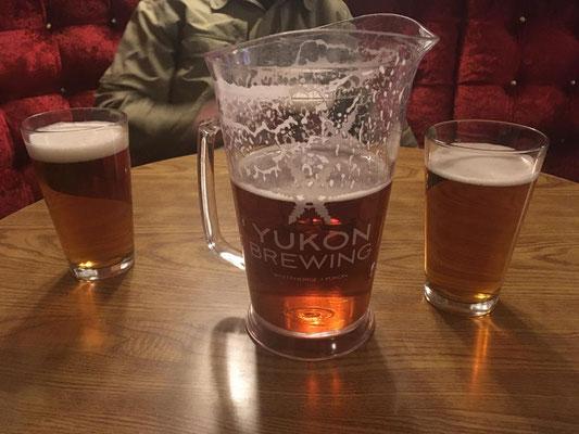 Das heimische Yukon-Bier im 1l Glaskrug,