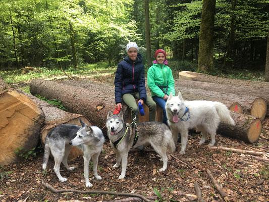 Unterwegs durch Feld und Wald mit den Zwillingen Shirin und Sania.