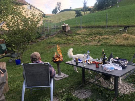 bis am Abend, beim obligaten Feuerchen.