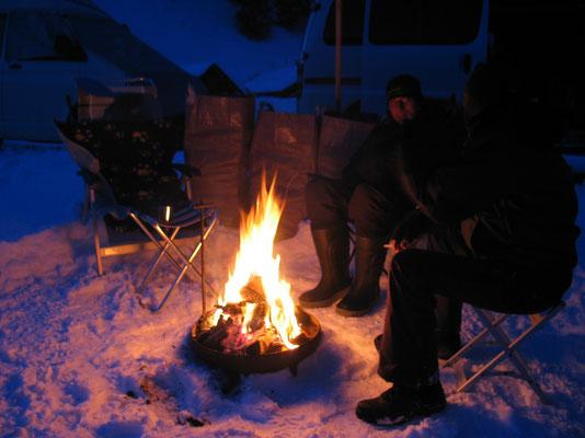 Einsame Trapper am Lagerfeuer