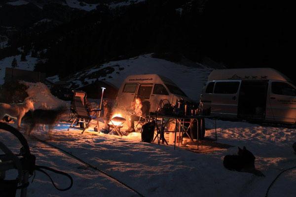 Zwei-/ und Vierbeiner geniessen einen romatischen Abend am Zusammensein am Feuer (Foto S. Glauser)