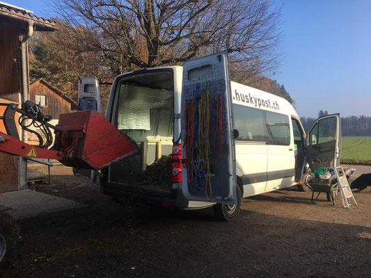 Unser Bus wird mit Schnitzel gefüllt,