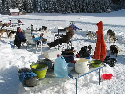 Trainingsfreier Tag im Schnee; jeder geniesst ihn auf seine Weise