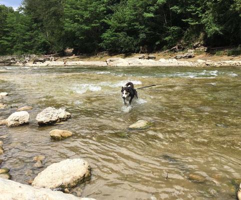 Wenn es heiss ist, gehen wir meist irgendwo an einen Flusslauf zum Planschen.