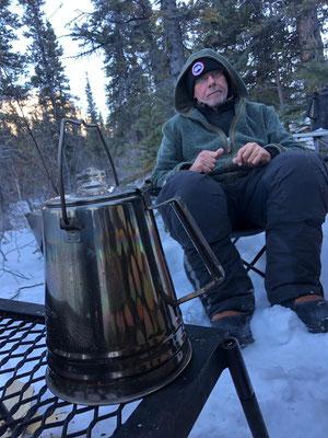 Nach dem Futtern hätten die Vierbeiner sich dann auf ihren Nestern eingeigelt und geschlafen; die Zweibeiner ums Lagerfeuer gesessen, das Trailbenzin im Yukonkessel stets heiss dabei, am Musher-Latein spinnen...
