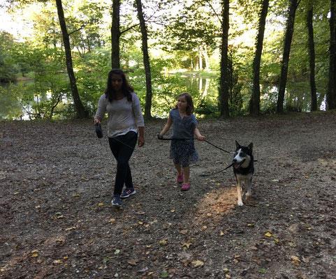 Dann zeigt mir Noemi, wie man mit einem kleinen Mädchen an der Leine laufen muss. Nun, das allerdings ist nichts Neues für mich, bin ja kein Baby mehr. Aber was soll`s...