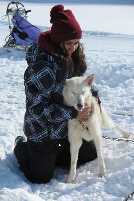 Von Freundin Noemi lässt sich Snow immer gerne streicheln.